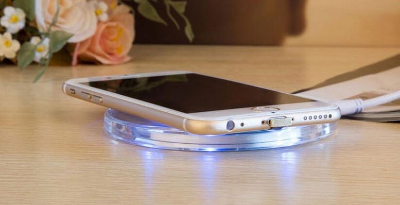 Bezdrátová nabíječka pro mobilní telefony s technologií Qi Wireless